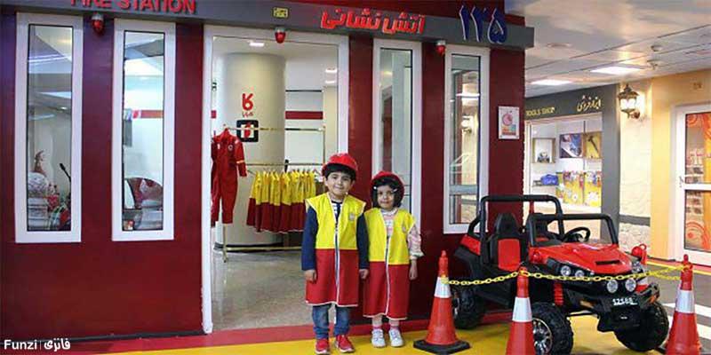 کودکان با لباس آتش نشانی در شهر مشاغل