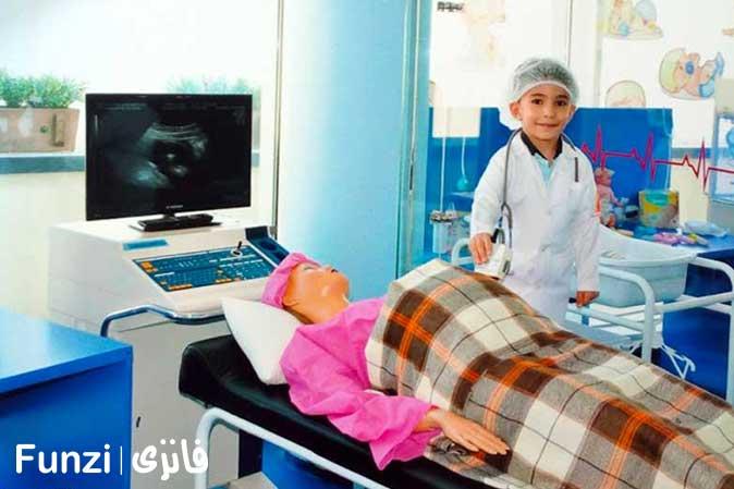 کودکان در حال ویزیت بیماران در دکتر لند