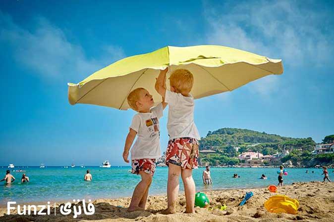 کودکان در کنار استخر آب
